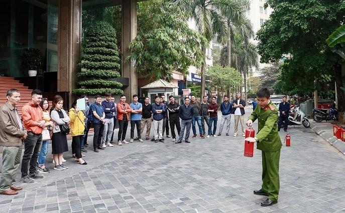 Tập đoàn Lạc Hồng và Công an quận Thanh Xuân tổ chức huấn luyện nghiệp vụ Phòng cháy chữa cháy, cứu nạn cứu hộ