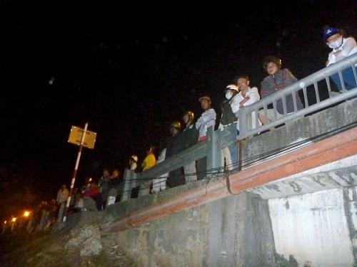 Đôi nam nữ nắm tay nhau nhảy sông Bảo Định