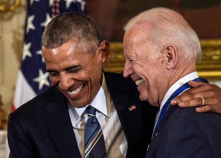 Cựu Tổng thống Obama và Tổng thống Mỹ đương nhiệm Joe Biden trong sự kiện trao tặng huân chương tự do hồi năm 2017