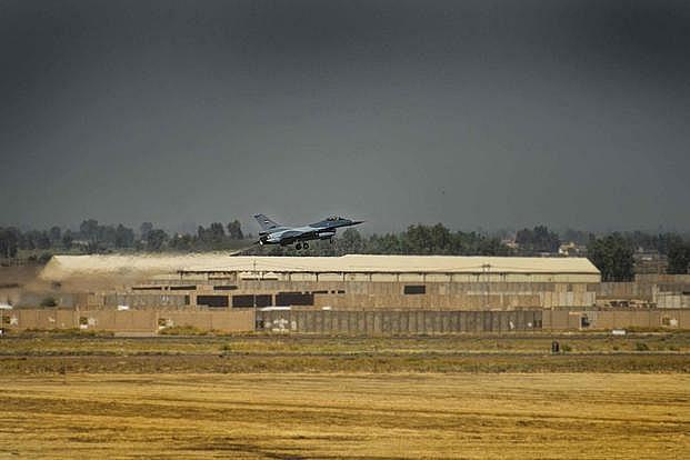 Một tiêm kích F-16 cất cánh từ căn cứ quân sự Balad hồi năm 2019.