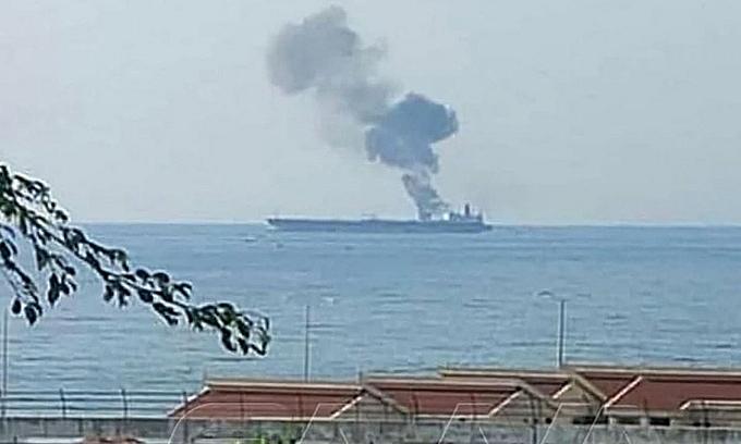 Khói bốc lên từ tàu dầu Iran bị tấn công ngoài khơi Baniyas, tây Syria, hôm 24/4.