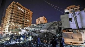 Tên lửa Israel đánh sập tòa nhà 13 tầng ở Dải Gaza