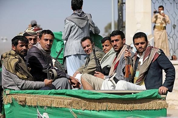 Các thành viên trong lực lượng vũ trang Huthi ngồi phía sau chiếc xe tải di chuyển ngày 20-2-2021 tại Sanaa, Yemen