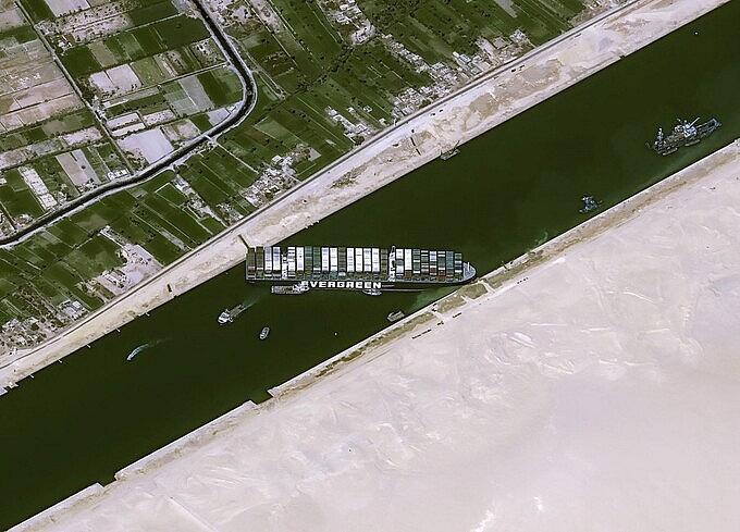 Tàu Ever Given chắn ngang kênh đào Suez ngày 25/3.