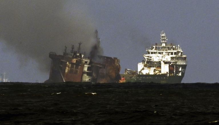 Tàu container bắt đầu chìm sau 13 ngày cháy trên biển