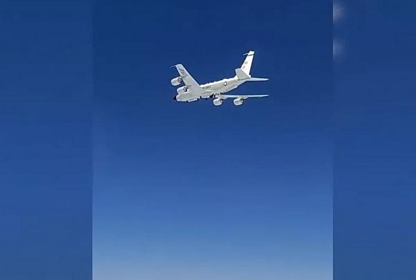 Cận cảnh máy bay Nga hộ tống trinh sát cơ Mỹ trên Biển Đen