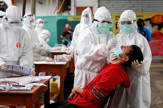 Nhân viên y tế lấy mẫu xét nghiệm Covid-19 gần thủ đô Jakarta - Indonesia.