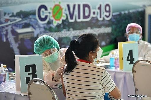 Một người dân tham gia tiêm chủng vaccine ngừa Covid-19 tại Bangkok, Thái Lan