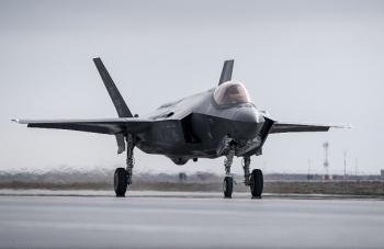 Mỹ: Chiến đấu cơ F-35 gặp sự cố, cắm đầu xuống đường băng