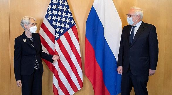 Thứ trưởng Mỹ Sherman (trái) trong cuộc gặp với người đồng cấp Nga Ryabkov tại Geneva hôm 28/7