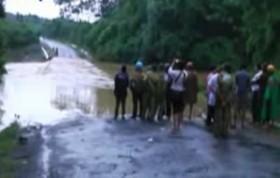 Video: Ô tô bị lũ cuốn, 5 người mất tích