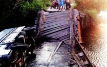 'Lơ' biển cảnh báo, xe tải 'chổng vó' dưới sông