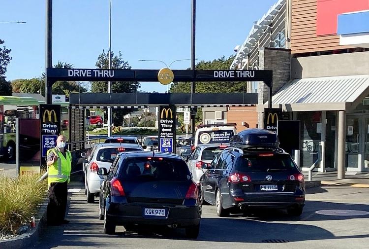 Người dân xếp hàng mua thức ăn mang đi tại Wellington, New Zealand hôm 1/9.