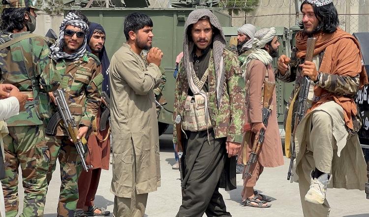Lính Taliban tuần tra trên đường băng sân bay quốc tế Hamid Karzai ngày 31/8 sau khi quân Mỹ rút hết khỏi Afghanistan
