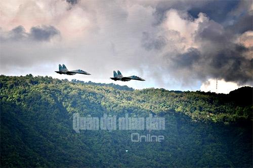 [Chùm ảnh] Chiến đấu cơ Su 30 Việt Nam không kích giả định