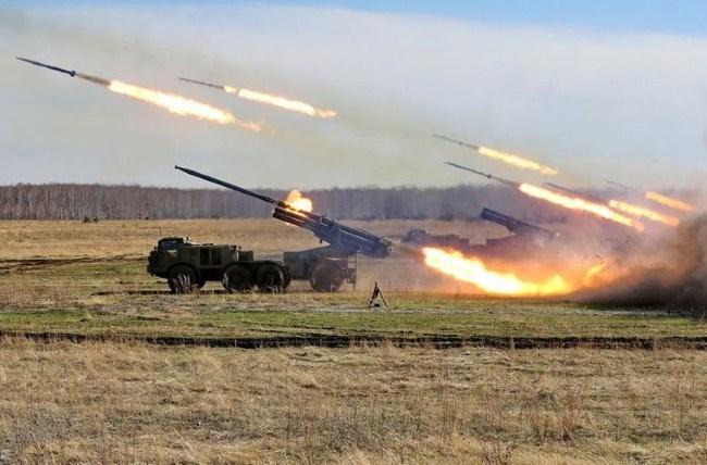 """[VIDEO] """"Cuồng phong"""" BM-27 Uragan vãi đạn"""
