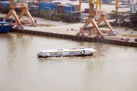 Tàu cánh ngầm bốc cháy, hành khách lao xuống sông thoát thân