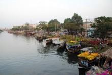 Nhộn nhịp chợ hoa 'trên bến dưới thuyền' Xuân Bính Thân
