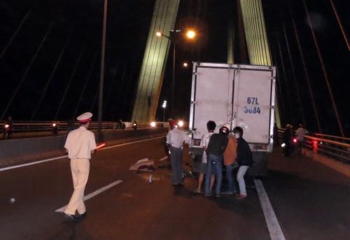 Lao vào xe tải, ba mẹ con tử nạn trên cầu Cần Thơ