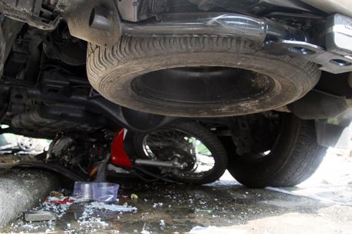 Lexus 'nuốt' xe máy vào gầm, kéo lê 10m
