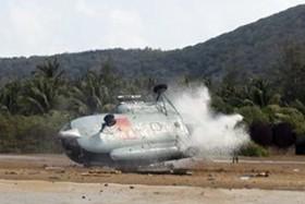 [Chùm ảnh] Máy bay MI-8 gãy đôi khi tiếp đất