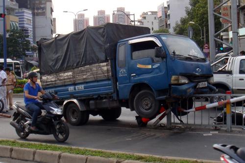 Xe tải tông xe máy rồi leo lên rào phân cách