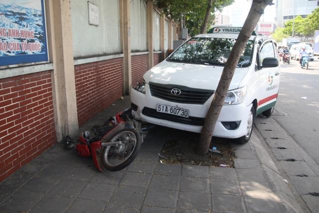 Tài xế taxi gục chết trên vô-lăng sau tai nạn