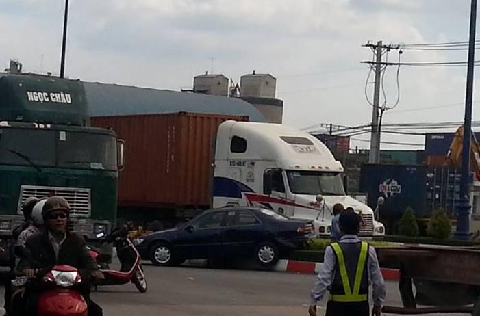 """Xe biển xanh """"đua tốc độ"""" với container"""