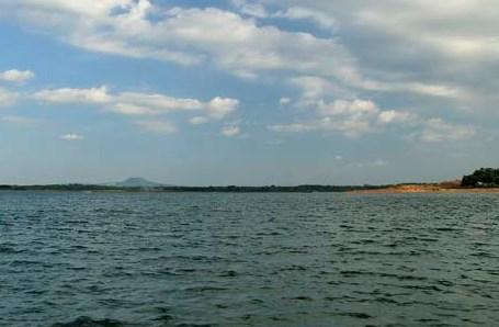 Lật thuyền chở 13 người trên hồ Trị An