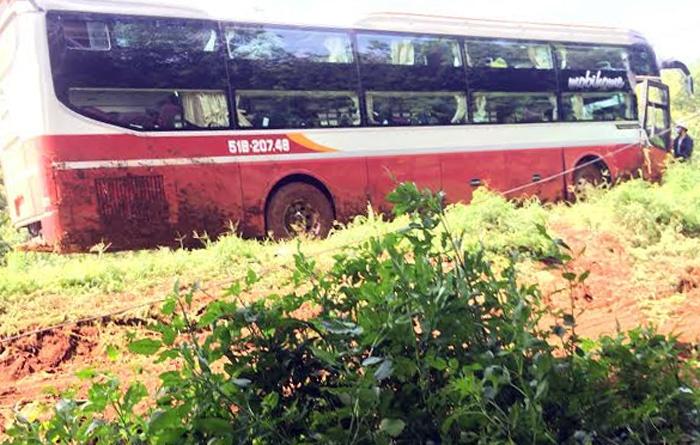 Xe Thành Bưởi lật nhào, hàng chục hành khách thoát nạn