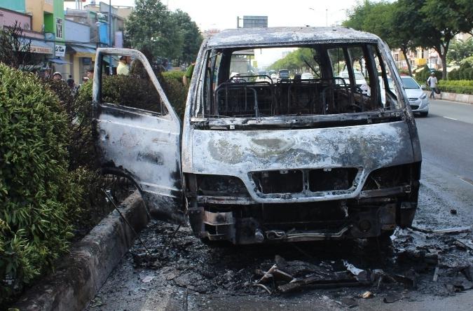 Hơn 10 người cao tuổi thoát chết trong vụ cháy xe