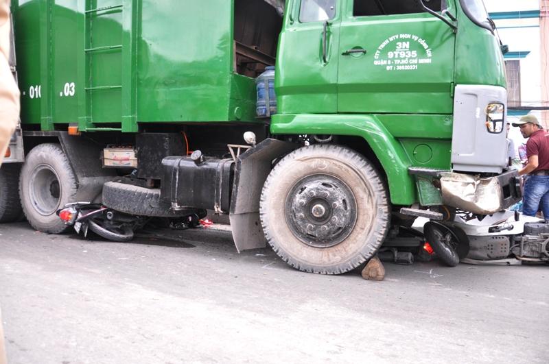 """Xe tải chở rác """"nuốt gọn"""" 4 xe máy"""