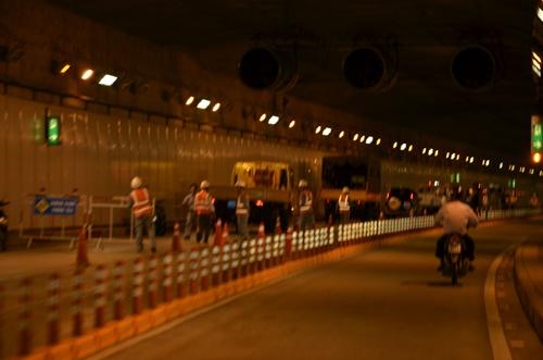 Phong tỏa tạm thời hầm vượt sông Thủ Thiêm vì xe tải chở bia bị lật