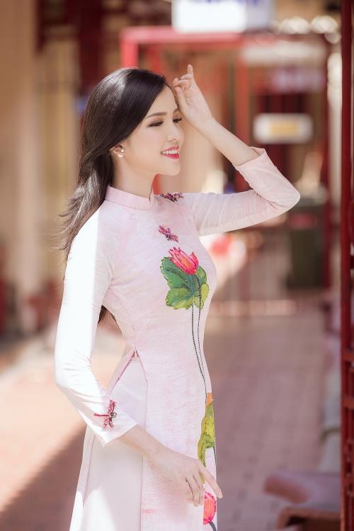hoa khoi thuy vi do sac cung nguoi dep bien dao ha trong ta ao dai xuan