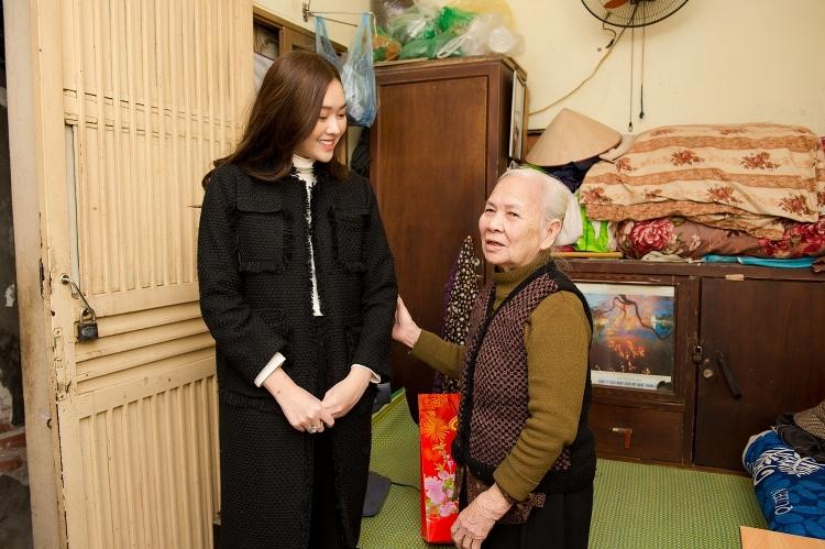 Á hậu Tường San mang Tết đến với người cao tuổi cô đơn