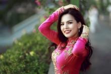 Hot girl Phi Huyền Trang đẹp dịu dàng trong tà áo dài