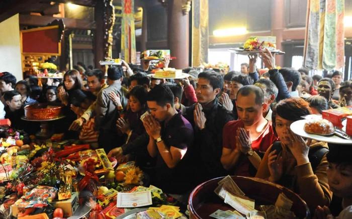 Người Việt đến chùa trong 'cơn say… thuốc lắc'!