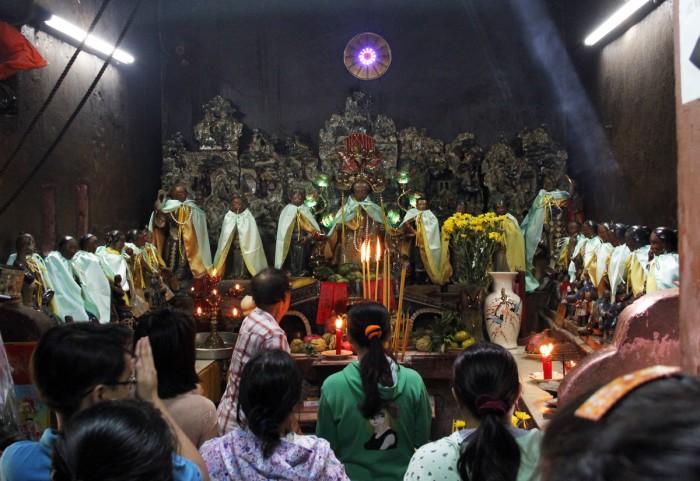 bi an ve su linh thieng o chua ngoc hoang 2 - Du lịch tâm linh đến những ngôi chùa nổi tiếng ở Sài Gòn