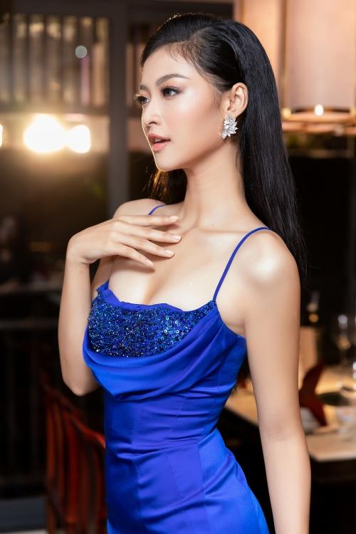 Á hậu Kiều Loan diện váy xẻ sexy tại sự kiện