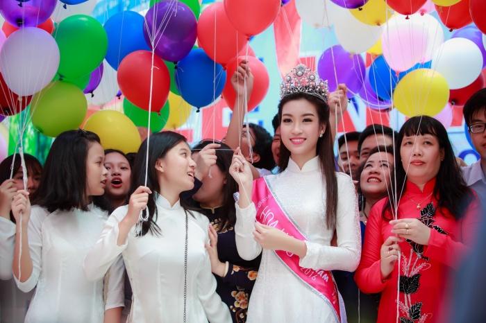 Hoa hậu Đỗ Mỹ Linh rạng ngời trong ngày khai giảng trường cũ