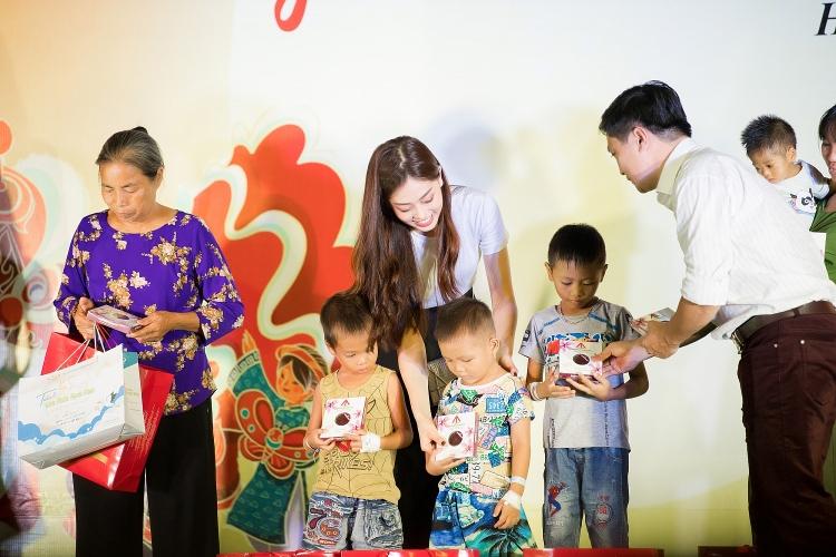 Á hậu Phương Nga cùng Bình An tổ chức trung thu cho trẻ em