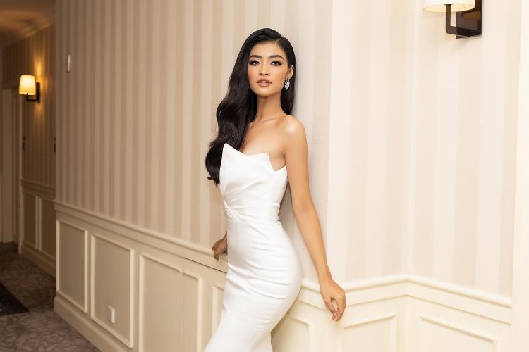 Á hậu Tường San khoe vòng 1 quyến rũ với váy khoét sâu