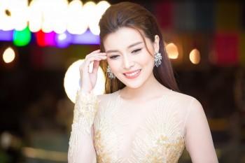 Cao Thái Hà khoe dáng chuẩn với váy bó sát