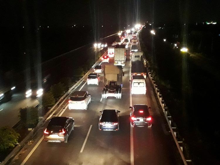 Vụ tai n ạn khiến cao tốc TP HCM - Trung Lương kẹt xe nghiêm trọng