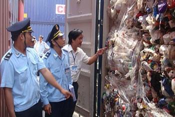 13737 container phe lieu nam cho tai cac cang bien