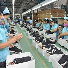 Công nghiệp chế biến chế tạo 10 tháng: Dệt may vẫn khó, da giày khởi sắc