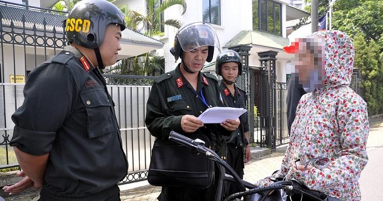 cong an ha noi lap 24 to cong tac phat nguoi khong doi mu bao hiem