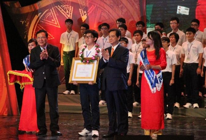 Thủ tướng Nguyễn Tấn Dũng trao bằng khen cho các học sinh đoạt giải Olympic