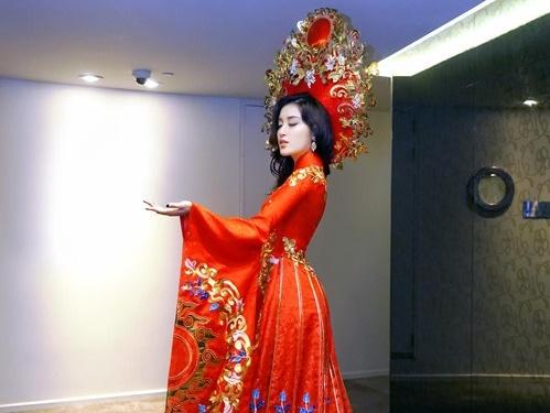 Những bộ trang phục độc đáo của người đẹp Việt