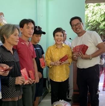 Việt Hương tặng quà Tết sớm cho bà con nghèo tại Tây Ninh